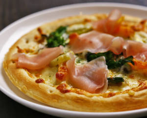 生ハムと地野菜のピザ