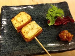 燻製豆腐の串焼き